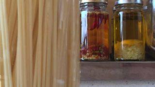ペペロンオイルのために乾麺スパゲティを水で戻す(本末転倒)